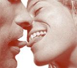 Il bacio leccando la lingua: lingua su lingua